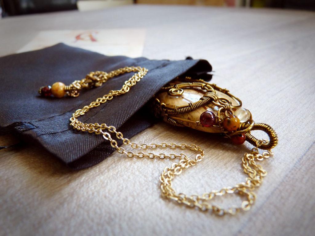 rangez vos bijoux dans leur petit pochon d'origine