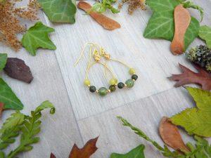 Boucles d'oreilles Wire wrapping - Bijou de Créateur unique en Wire Wrapping, inspiration celtique et païenne - Boucles « Idylle vert sous-bois » en quartz et péridot et jaspe