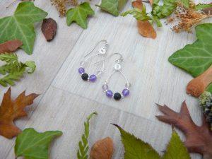 Boucles d'oreilles Wire wrapping - Bijou de Créateur unique en Wire Wrapping, inspiration celtique et païenne - Boucles « Idylle violet héliotrope » en améthyste, fluorine et lave