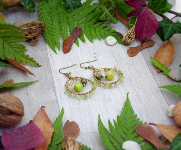 Boucles d'oreilles Wire wrapping - Bijou de Créateur unique en Wire Wrapping, inspiration celtique et païenne - Boucles « Renouveau printanier » en péridot, agate et unakite