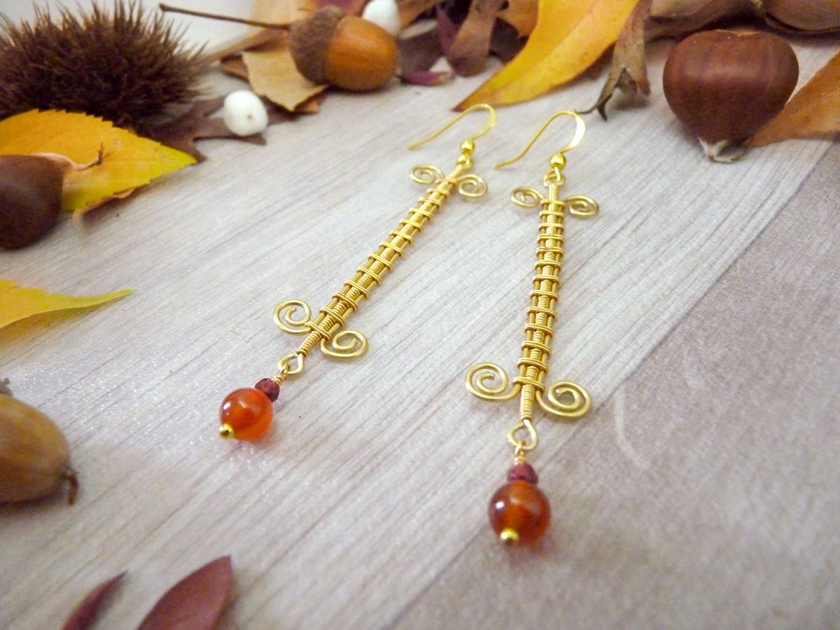 Boucles d'oreilles Wire wrapping - Bijou de Créateur unique en Wire Wrapping, inspiration celtique et païenne - Boucles « Échelons dorés » en grenat et cornaline