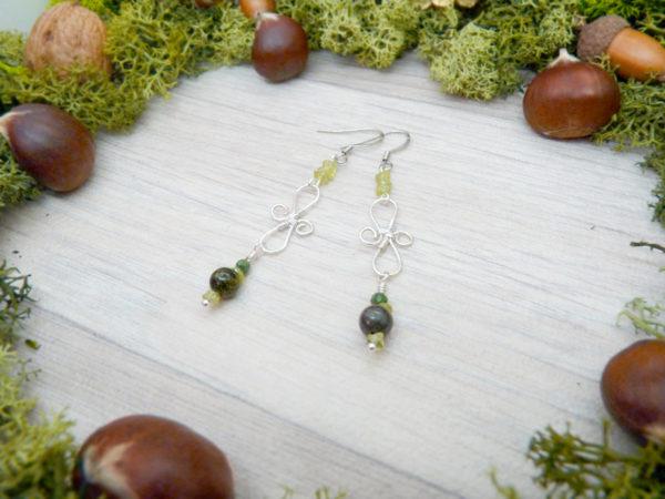 Boucles d'oreilles Wire wrapping - Bijou de Créateur unique en Wire Wrapping, inspiration celtique et païenne - Boucles « Infinité péridot » en péridot, jaspe et rubis zoïsite