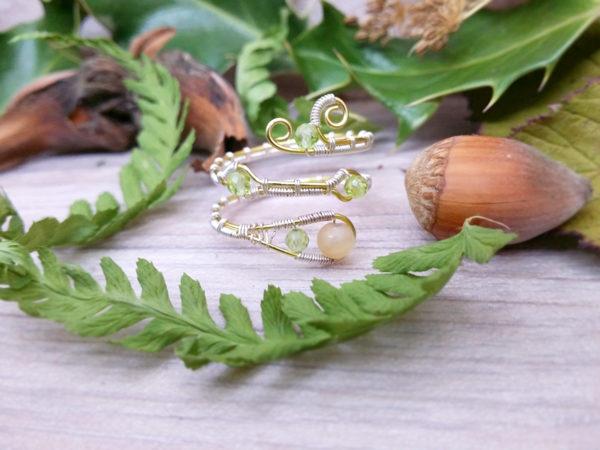 Bague Wire wrapping - Bijou de Créateur unique en Wire Wrapping, inspiration celtique et païenne - Bague « Gel de Printemps » et perles quartz et péridot