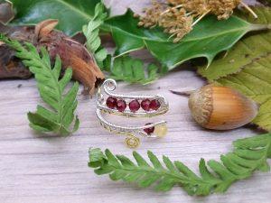 Bague Wire wrapping - Bijou de Créateur unique en Wire Wrapping, inspiration celtique et païenne - Bague « Givre carmin » et perles grenat et quartz