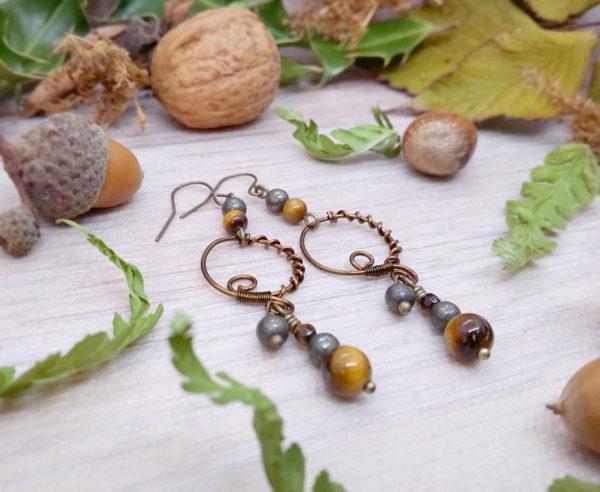 Boucles d'oreilles Wire wrapping - Bijou de Créateur unique en Wire Wrapping, inspiration celtique et païenne - Boucles « Cycles de Neal » en pyrite et oeil de tigre