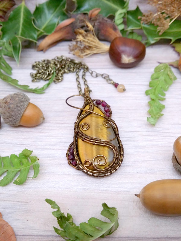Collier Wire wrapping - Bijou de Créateur unique en Wire Wrapping, inspiration celtique et païenne - Collier « Goutte d'Ambroisie » en grenat et oeil de tigre