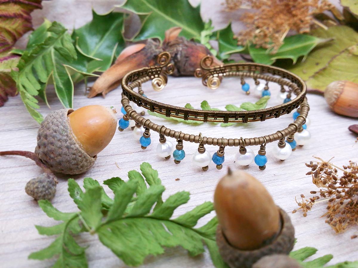 Bracelet Wire wrapping - Bijoux de Créateur uniques en Wire Wrapping, inspiration mythologique et onirique - Bracelet « Tribu des Calmes eaux » en perles d'apatite et perles d'eau douce