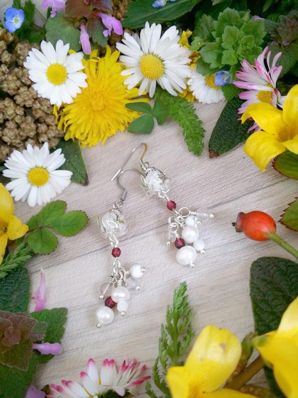 Boucles d'oreilles Wire wrapping - Bijou de Créateur unique en Wire Wrapping, inspiration celtique et païenne - Boucles « Grappe cristalline » en perles de culture, grenat, cristal