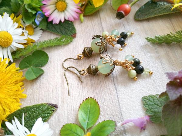 Boucles d'oreilles Wire wrapping - Bijou de Créateur unique en Wire Wrapping, inspiration celtique et païenne - Boucles « Grappe Vert Printemps » en aventurine verte, jaspe, péridot et fluorine