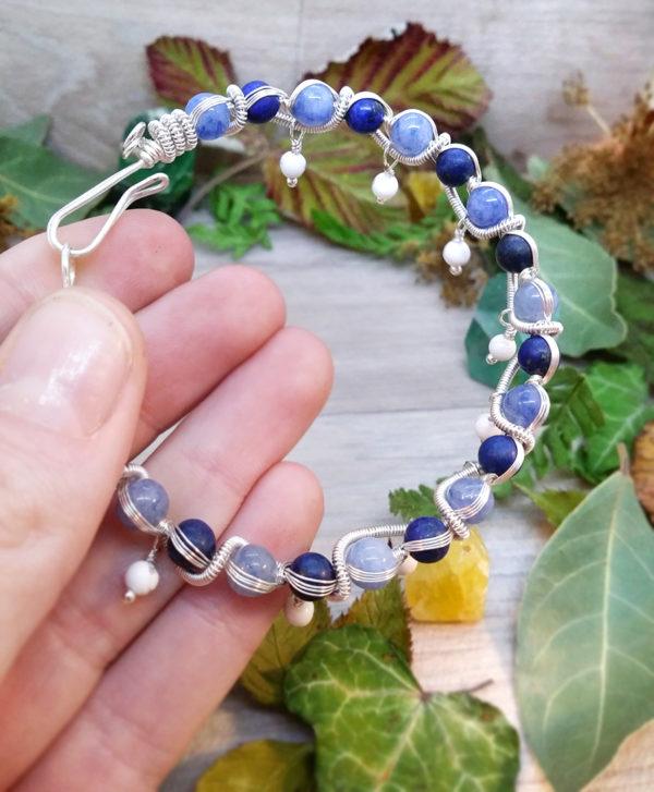 Bracelet unique « Mythe de la cascade gelée » - inspiration celtique - Bijou de Créateur en Wire Wrapping, perles d'aventurine, lapis lazuli et howlite