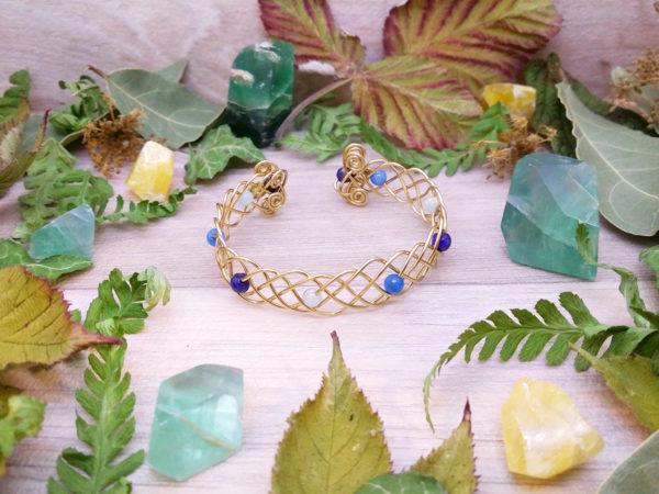 Bracelet unique « Entrelacs du courant » - inspiration celtique - Bijou de Créateur en Wire Wrapping, perles lapis, marbre et jaspe