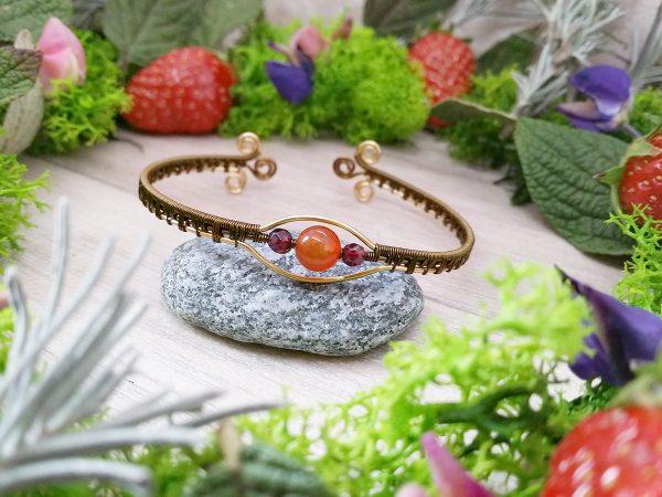 Bracelet unique « Secret Antique – Arath » - inspiration celtique - Bijou de Créateur en Wire Wrapping, perles grenat et cornaline