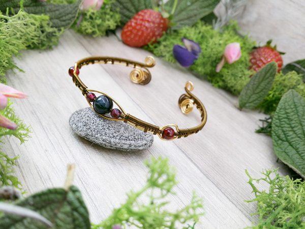 Bracelet unique « Secret du Brasier » - inspiration celtique et païenne - Bijou de Créateur en Wire Wrapping, perles grenat et quartz