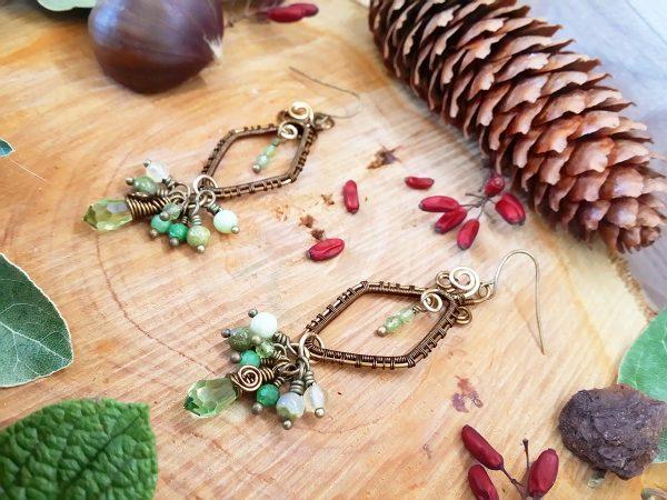 Boucles d'oreilles Wire wrapping - Bijou de Créateur unique en Wire Wrapping, inspiration celtique et païenne - Boucles « Flâneries dans la Prairie » en péridot, rubis zoïsite, unakite, calcite jaune et cristal Swarovski
