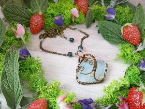 Collier Wire wrapping - Bijou de Créateur unique en Wire Wrapping, inspiration celtique et païenne - Collier « Coeur des Embruns » en Seaglass, quartz rutile vert et fluorine