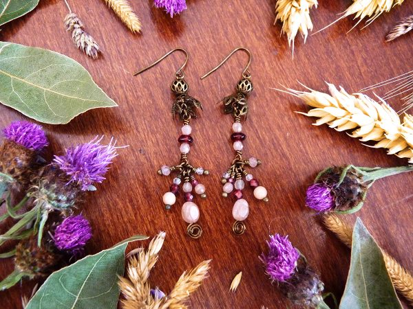 Boucles d'oreilles Wire wrapping - Bijou de Créateur unique en Wire Wrapping, inspiration celtique et païenne - Boucles « Bal des Fées » en aventurine rose et grenat rouge.