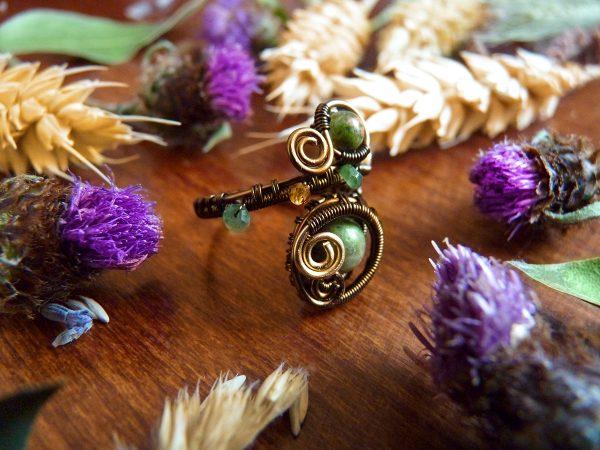 Bague Wire wrapping - Bijou de Créateur unique en Wire Wrapping, inspiration mythologie - Bague « Oeil de la forêt » en unakite et serpentine