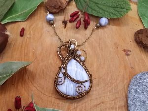 Collier Wire wrapping - Bijoux de Créateur unique en Wire Wrapping, inspiration mythologie - Collier « Coeur des Landes gelées » en calcédoine et aigue marine