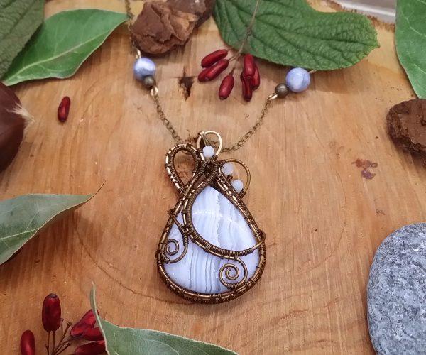 Collier Wire wrapping - Bijoux de Créateur unique en Wire Wrapping, inspiration mythologie - Collier « Coeur des Landes gelées » en calcédoine et aigue marine