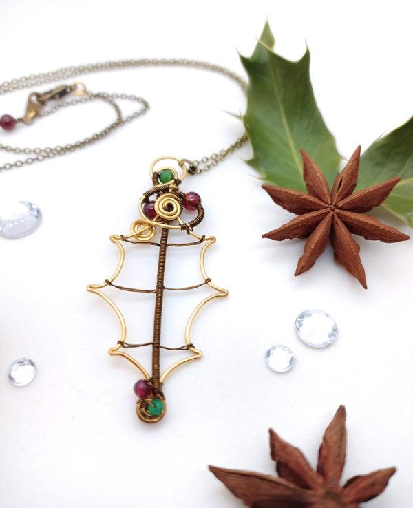 Collier Wire wrapping / Wire wrapped necklace - Bijoux de créateur unique en Wire Wrapping, inspiration légendes - Unique wire wrapped jewelry, inspired by Legends - Collier « Feuille de Houx » avec grenat et rubis zoisite